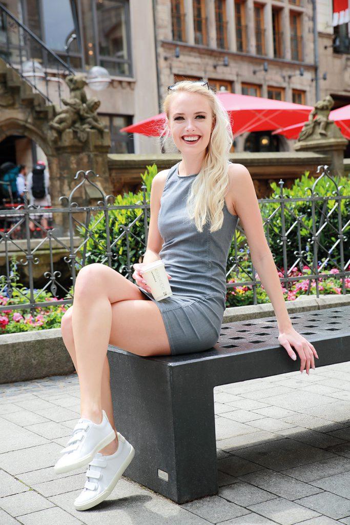 Kleid: Haikure / Schuhe: Veja; FOTO: Simon Leipelt