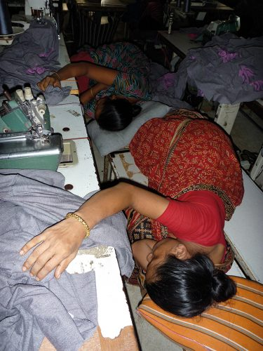 Schlafende Näherinnen in Bangladesch; FOTO: FEMNET e.V.